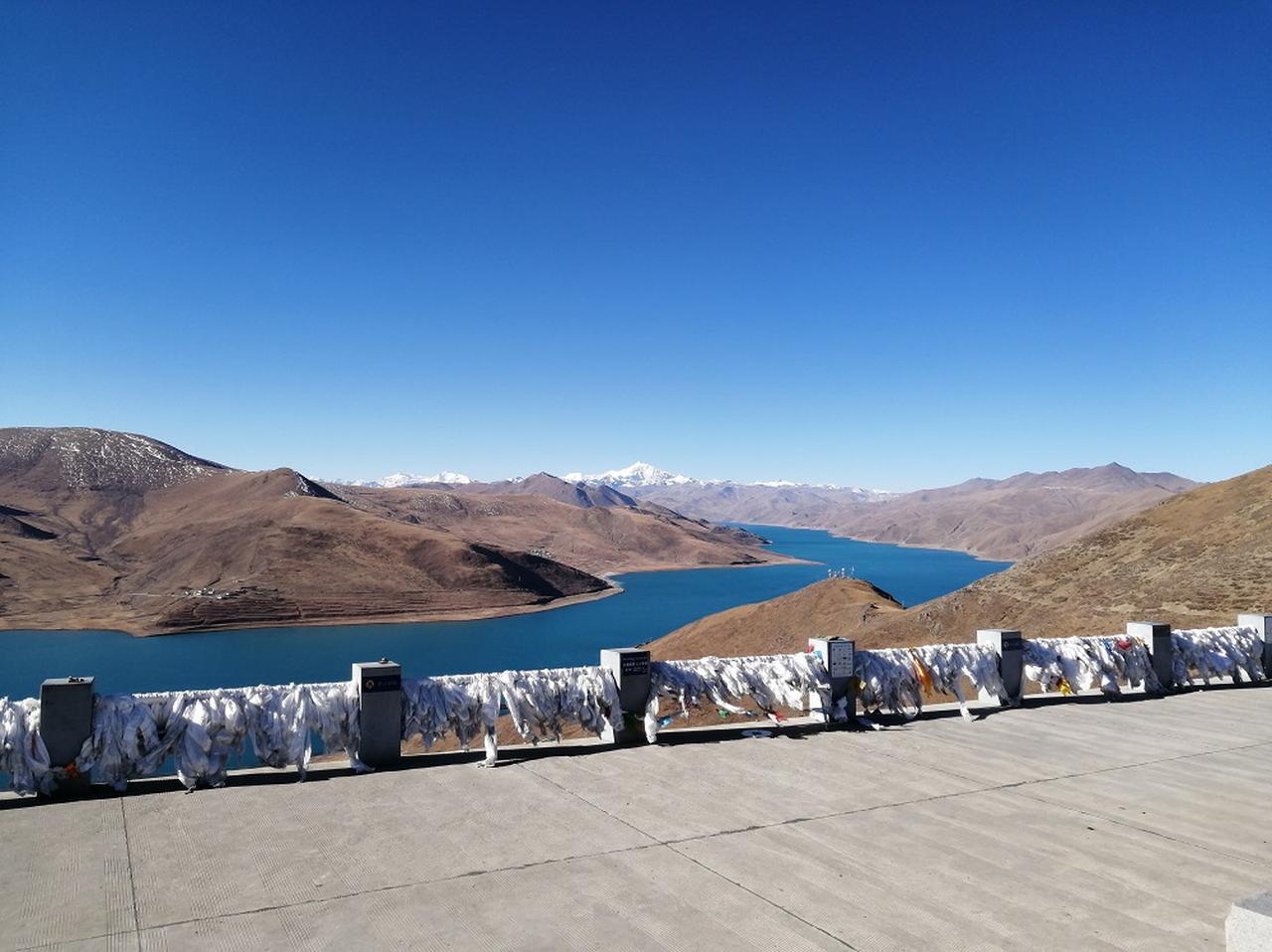 画像: 細長く青いヤムドク湖
