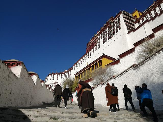 画像: 観光客も信者も青い空に向かって登る。酸素が薄く、急ぐとすぐ息切れするのでゆっくり注意して登ろう。