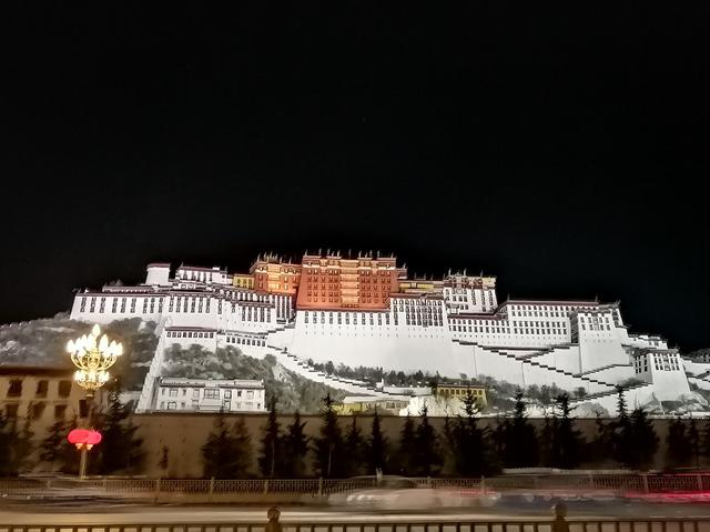 画像: ライトアップのポタラ宮。漆黒の夜空に浮かび上がる姿は幻想的。