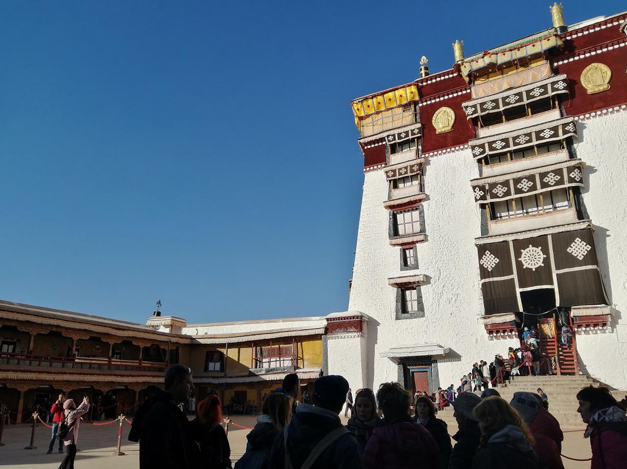画像: かつての観劇場だったデヤン・シャル。この奥の入口から白宮、東日光殿、西日光殿、紅宮と続く本格的なポタラ宮の見学が始まる。写真撮影可能エリアはここまで。