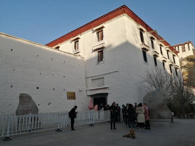 画像: ポタラ宮正面右端のツアー専用ゲート。この日の観光客はまばら。