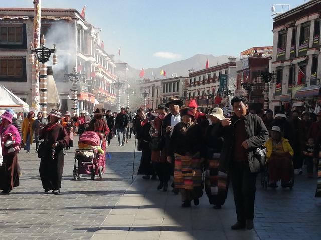 画像: 多くの信者が押し寄せるジョカン広場