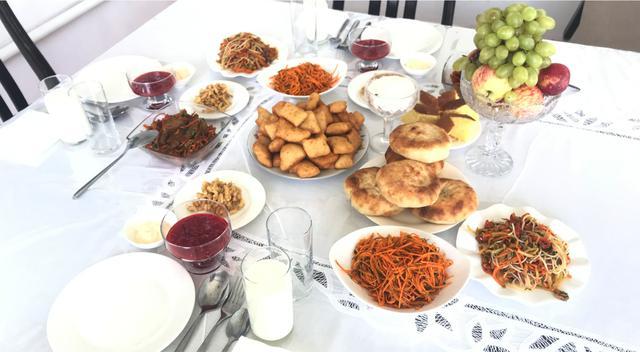 画像: キルギス一般家庭でのランチ 2019年9月弊社スタッフ撮影