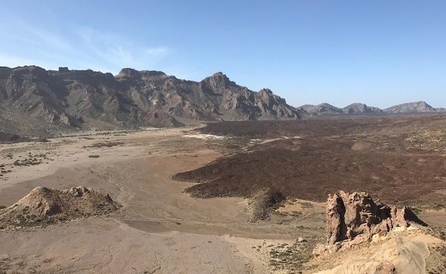画像: テイデ国立公園内にある巨大カルデラ「ラス・カニャダス」(弊社スタッフ撮影)