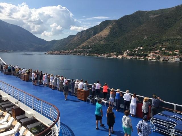 画像: 乗客は湾の景色を見ながら優雅に入港を待ちます。 (弊社スタッフ撮影)