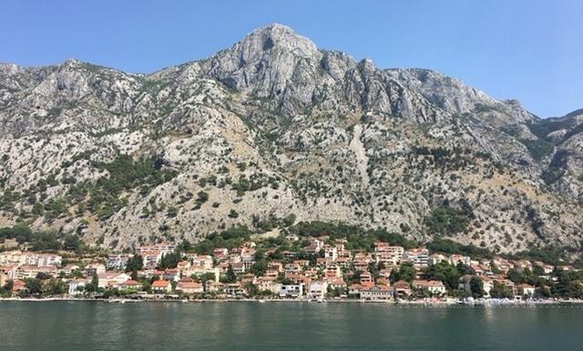 画像: 地図の中の④ 背後に山が迫る海とのわずかな間に町が作られています (弊社スタッフ撮影)