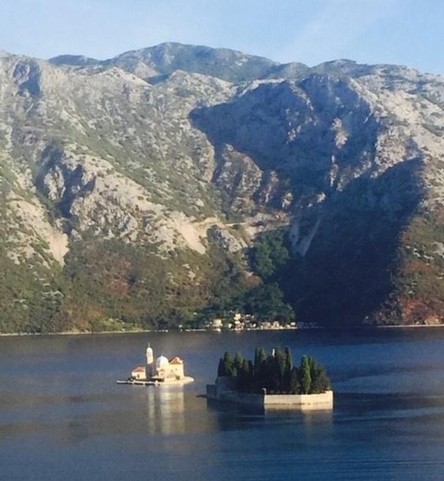 画像: 地図の中の③ 岩礁の聖母マリア教会が建つ小島(左)ベネディクト会修道院の建つ小島(右)(弊社スタッフ撮影)