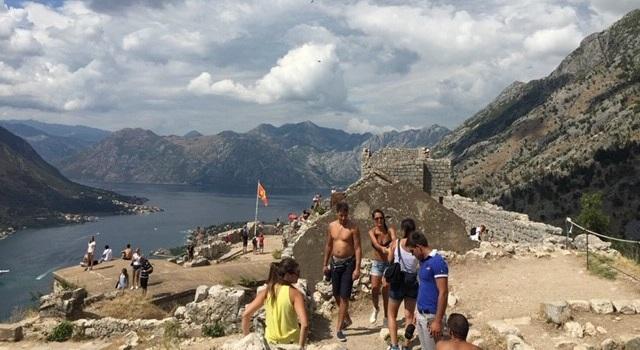 画像: 聖ジョバンニ要塞とそのむこうにリアス式海岸が臨めます