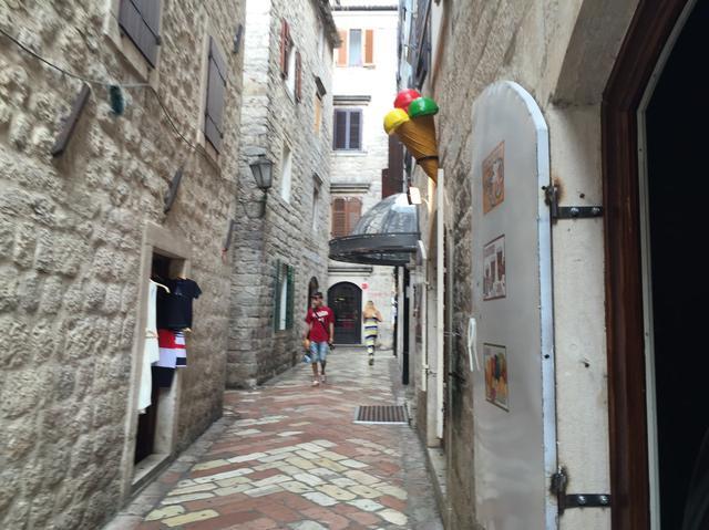 画像: 旧市街は細い路地が張り巡らされています (弊社スタッフ撮影)