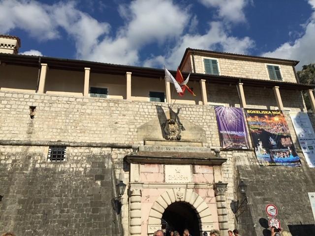画像: 城壁に作られた旧市街の入り口 海の門 (弊社スタッフ撮影)