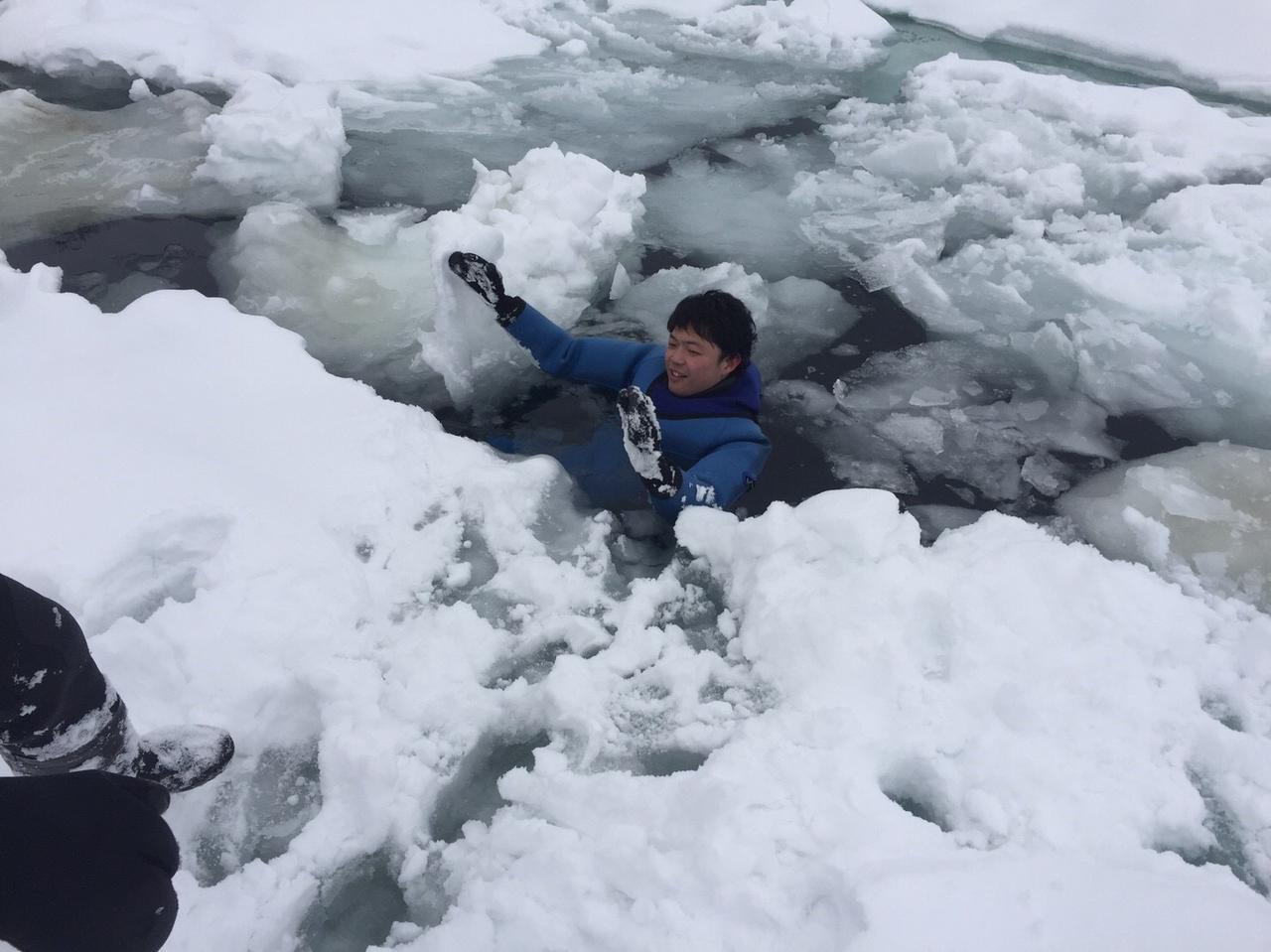 画像: 流氷の割れ目にある海に入ってもドライスーツで寒くない不思議な体験♪