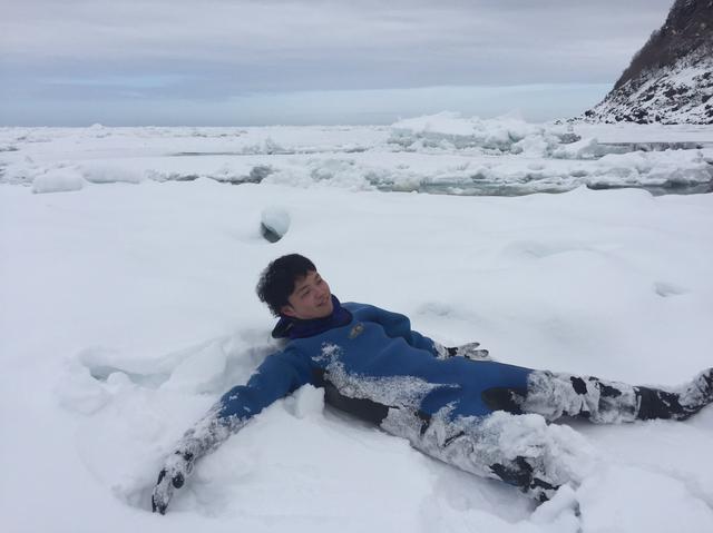 画像: 誰も触れていない流氷に積もった雪の上にもゴロり
