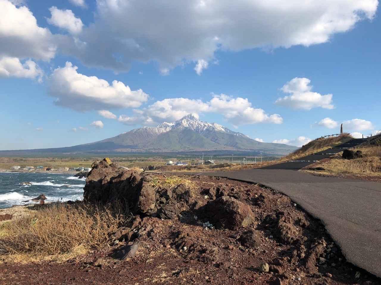 画像: 海抜0mから標高1,721mの利尻山山頂まで望むことができる、利尻島・仙法志岬公園