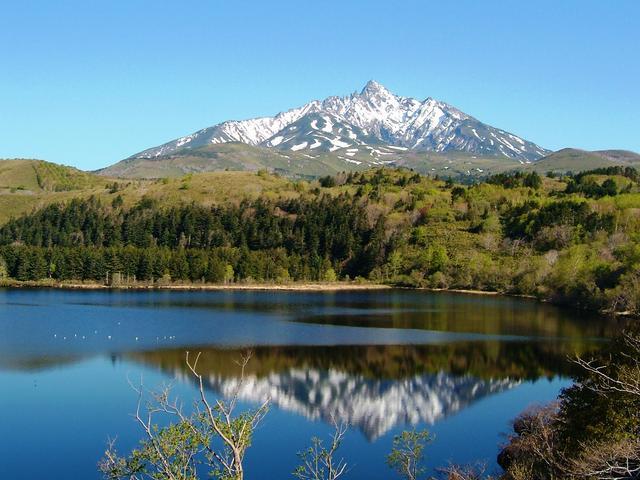 画像: 利尻島・姫沼から見た冠雪の利尻富士