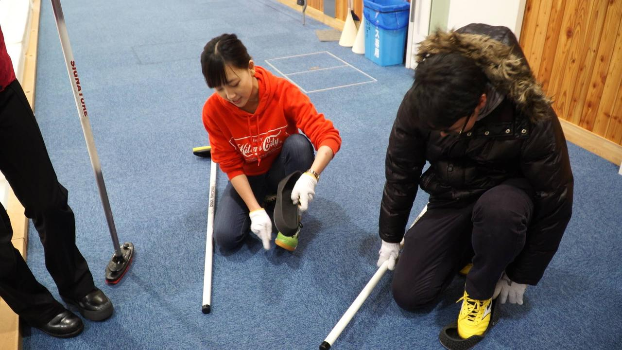 画像: どんな流れでカーリング体験をするの? ①氷の上を歩いてみよう