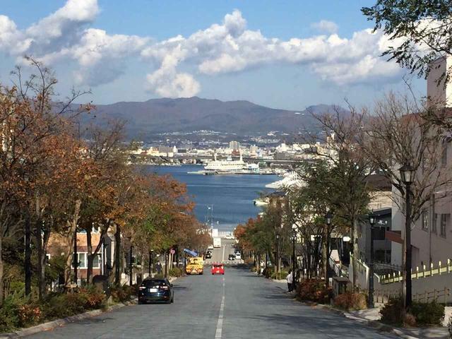 画像: 函館元町の絶景・八幡坂も秋模様でした。