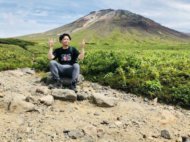 画像: 旭岳と私。気温が高かったのでフリースやカッパはカバンの中に入れていきました!