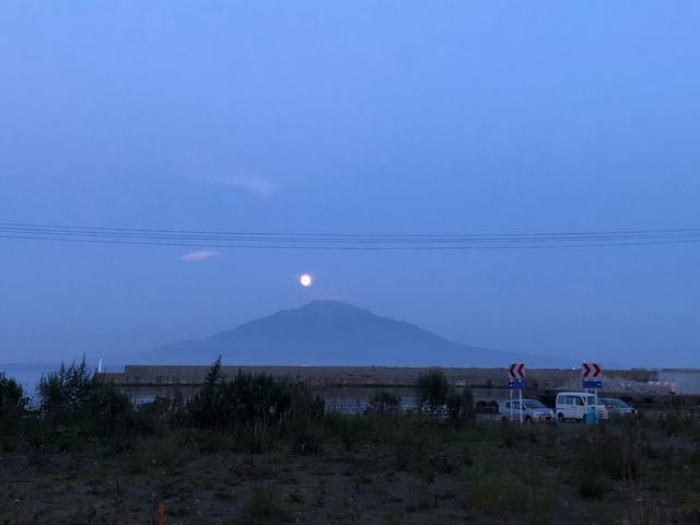 画像: 夜は満月で宿の前から利尻山が綺麗に見れました♪