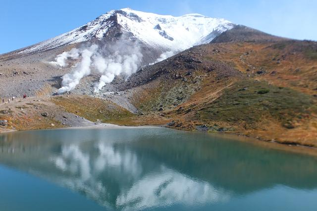 画像: 秋 の姿見の池は雪化粧の旭岳を映し出してくれるかも!