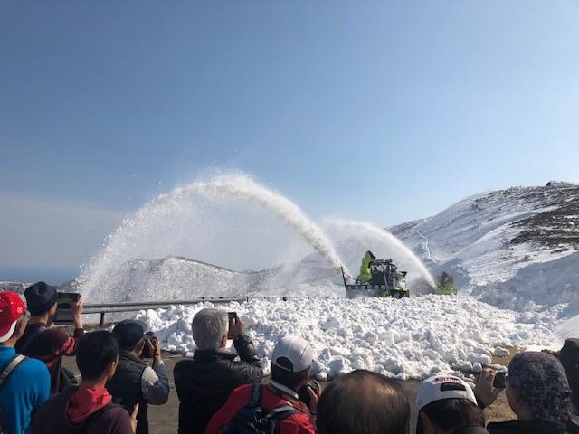 画像: 知床峠にて、徐雪作業風景の見学