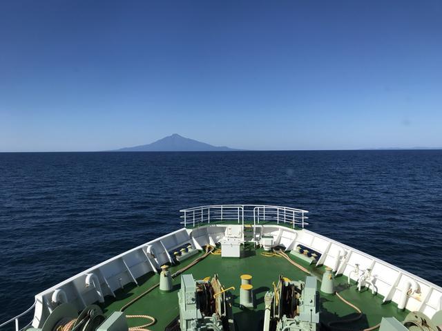 画像: 船で向かうと、だんだん大きく見えてくる利尻山に気分は高まります♪