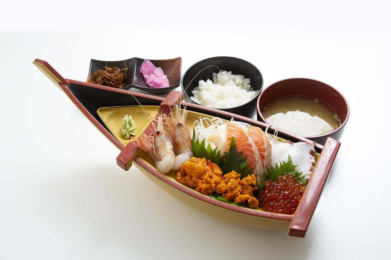 画像: 礼文島・漁協直営店で舟盛御膳の昼食(イメージ)