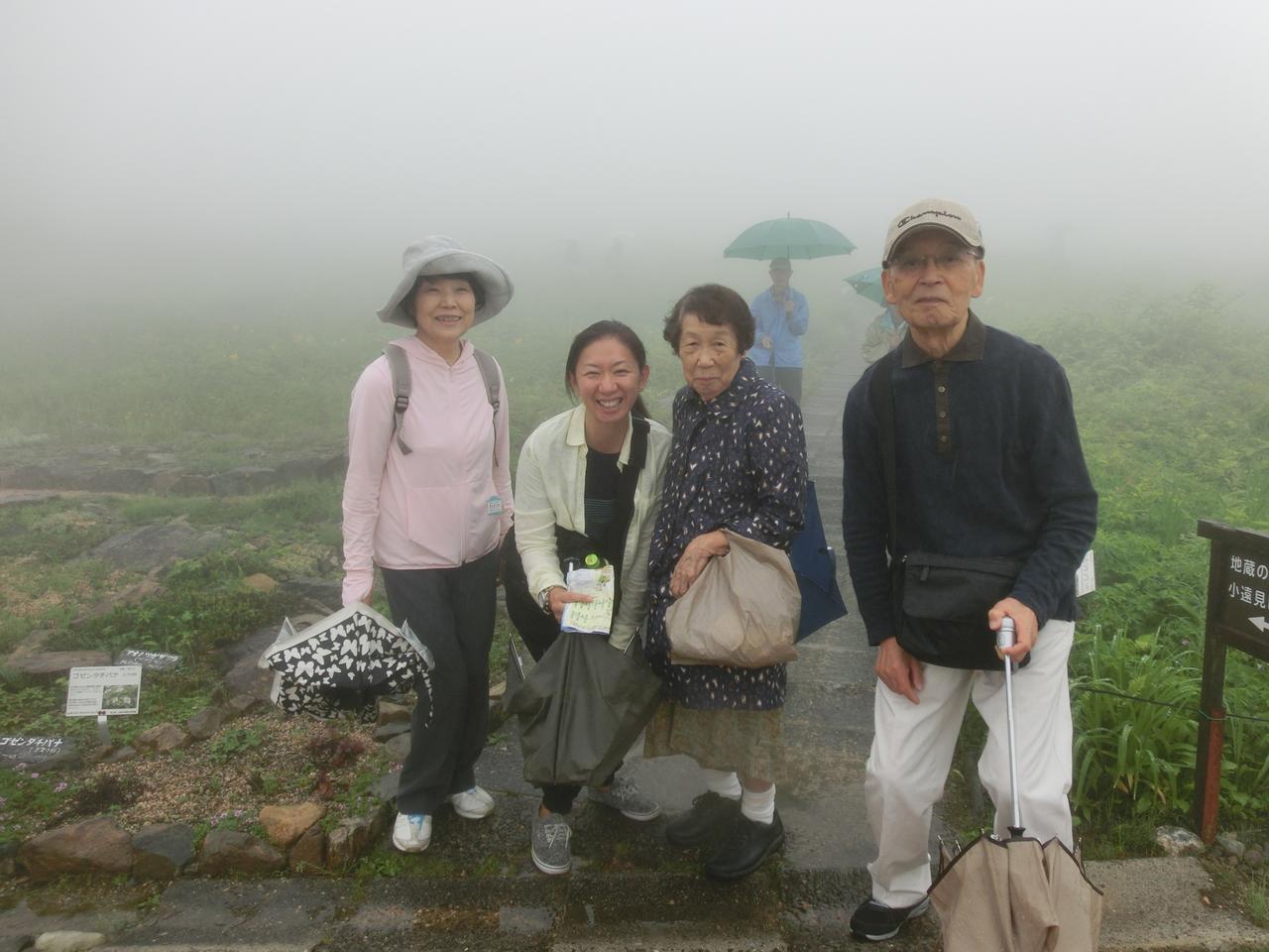 画像: K様ご夫婦(両端)&中央O様と一緒に撮影