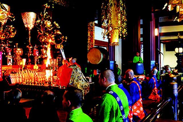 画像: 護摩修行の様子 火を焚きながらの修行は迫力満点!