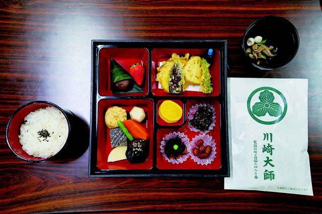 画像: 広間で精進料理のお弁当をいただきます。 食事の前には食作法(じきじさほう)を行います。