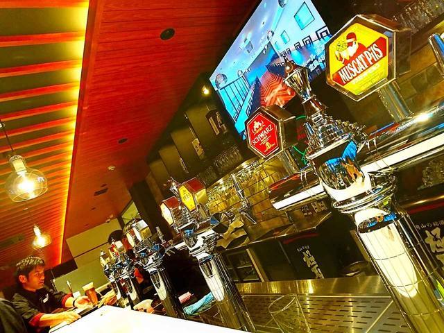 画像: 夕食は地元酒造のウイスキーパブにて。美食と美酒に酔いしれる
