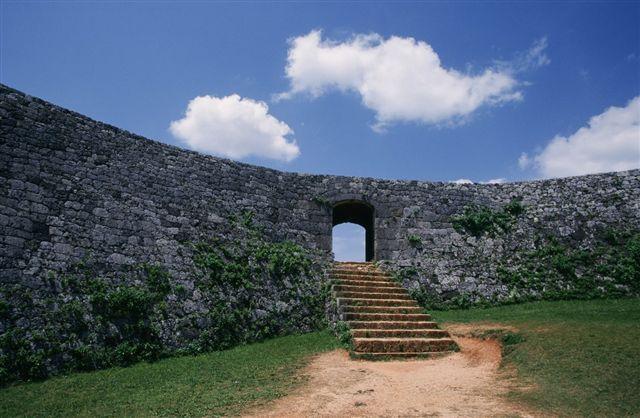 画像: 中部:座喜味城跡 王族が築城したアーチ門が特徴の城跡
