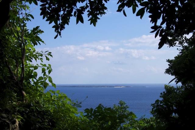 画像: 斎場御嶽より望む久高島の景色【OCVB提供】