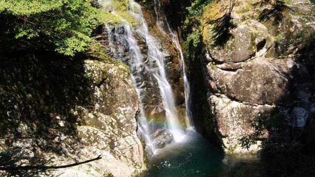 画像: 入口より徒歩約10分・姉妹滝 水量の増減で滝の本数が変わります 運が良ければ虹が見られることも! (イメージ)