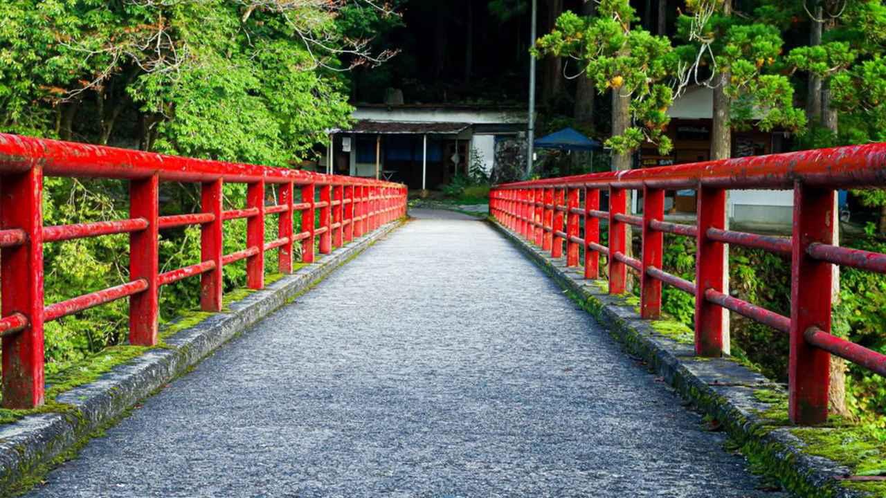 画像: 三段峡の入り口にある赤い橋「長淵橋」(イメージ)