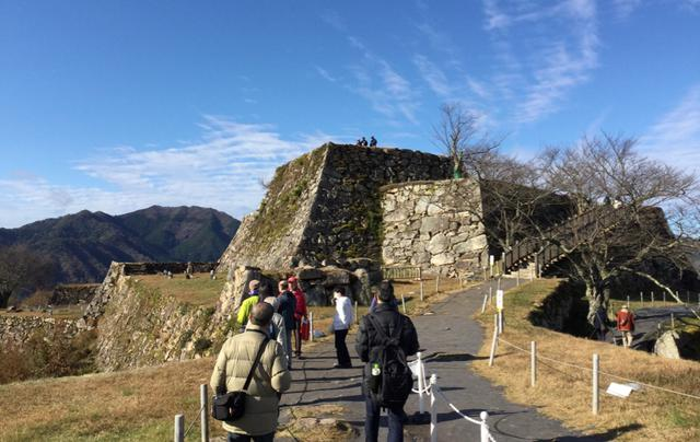 画像: お城巡りは足場の悪い場所や、舗装されていない道、坂道・階段もございます。履きなれた靴、歩きやすい服装でお越しください (イメージ)