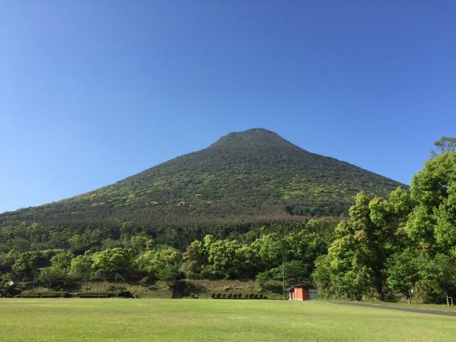 画像: 登山口から目指す頂を見上げます(イメージ)