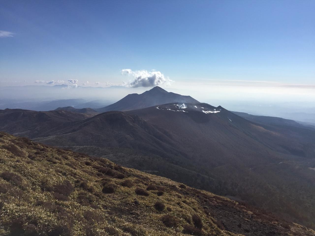 画像: 新燃岳と遠くには高千穂峰も見えます(イメージ)
