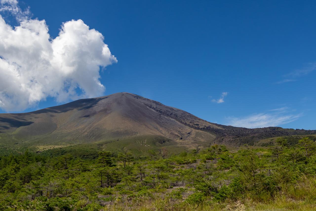 画像: 噴煙を上げる浅間山(イメージ)