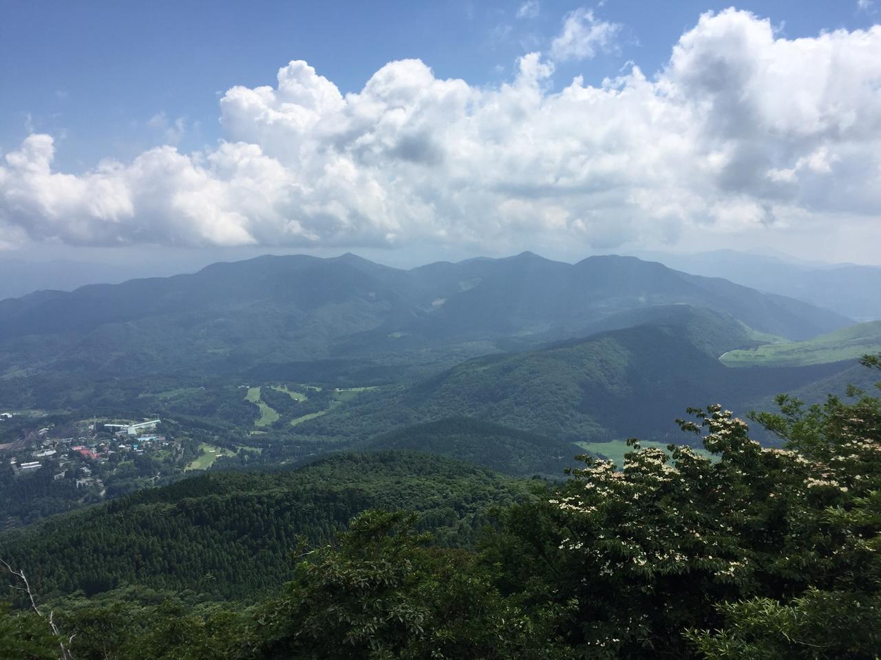 画像: 下る途中からの景色。少しだけ晴れて、南方向の展望を楽しむことが出来ました。(イメージ)