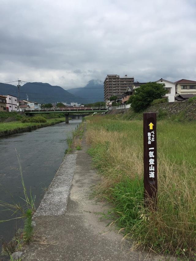 画像: 川沿いの道を歩いて行きます。(イメージ)