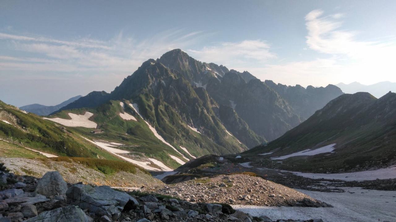 画像: 朝日に照らされる剱岳を振り返る(イメージ)