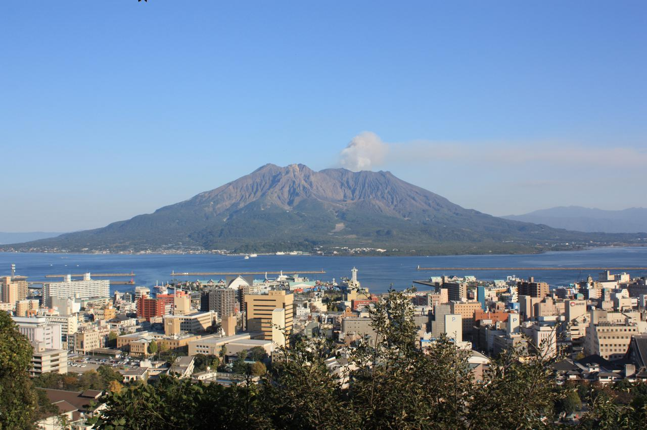 画像: 海の向こうから眺める桜島(九州観光推進機構提供)