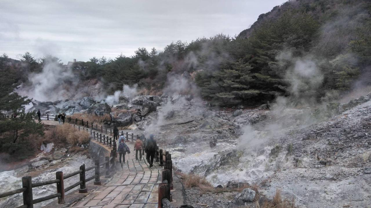 画像: 噴煙の中を歩く(スタッフ撮影)