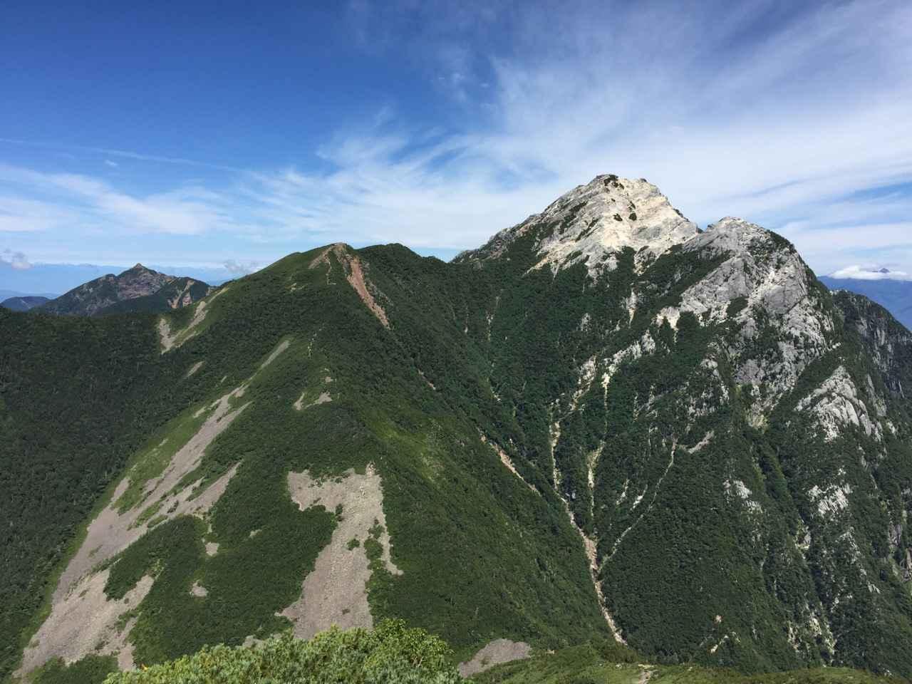 画像: 仙水峠から甲斐駒ヶ岳(右奥白い岩峰)への登り、左奥には鋸岳が(スタッフ撮影)