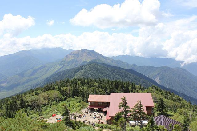 画像: 西穂山荘、後ろの山は焼岳、左奥方向は乗鞍岳方面となります(イメージ)