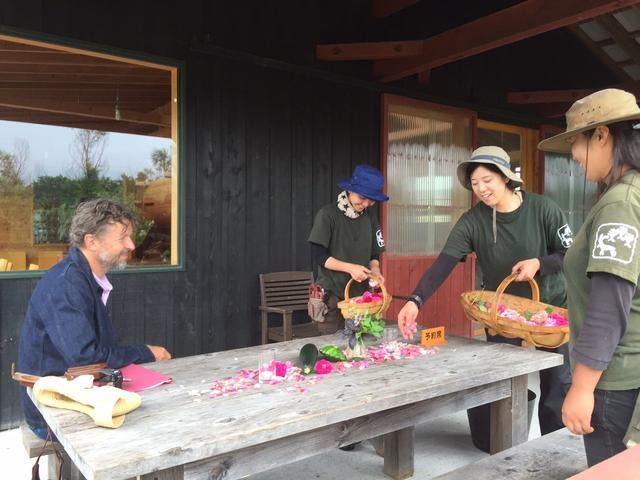 画像: 偶然この日にいらしていたダン・ピアソン氏と歓談しながら私達のガーデンランチのテーブルセッティングをしているガーデナーの皆さん。バラの花びらや野菜やハーブもガーデンから朝摘んできたものです。ご参加の皆さんもダンさんと写真を撮ったり楽しい時間を過ごしました。