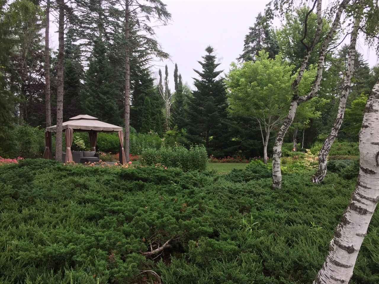 画像: 時間が許せば、木陰でゆっくり読書ができるガーデンソファーなどもせっちされ緑にいやされる庭園です。
