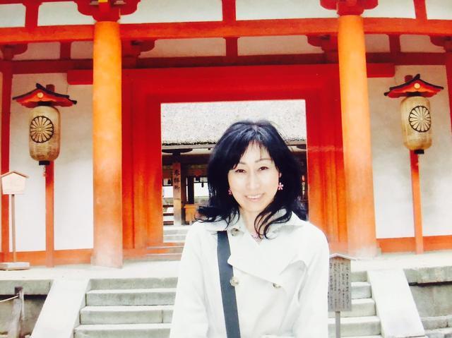 画像: 五斗美湖 【ごとう みこ】 日出る国、日本は、世界でも有数の「八百万の神々がおわす国」です。皆様が神様と繋がり、神様をより身近に感じることができれば、「願い」や「祈り」も神様に伝わります。そして「感謝の心」なども自然と生まれ、更なる幸せが舞い込むことになるでしょう。「神様がお喜びになるお参りの仕方」、参拝の「所作のマナー」や「心のマナー」などをお伝えしながら旅し、皆様の一助となればこれ以上の幸せはありません。 皆様にお会いできることを楽しみにしております。