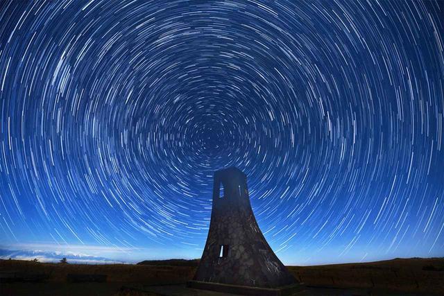 画像: 美しの塔は満天の星と星の光跡がきらめく(11月)