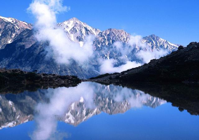 画像: 八方池の水鏡に映る夏姿の白馬三山(8月)